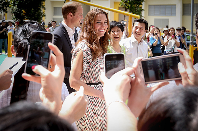 Герцогиня Кейт и другие королевские особы не могут подписать свои автографы из-за риска подделки