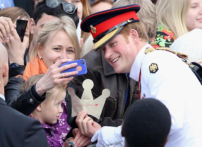 Только Принц Гарри позировал для селфи с поклонниками несколько раз
