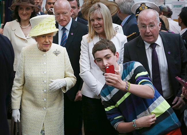 Королева считает плохими манерами для публики делать селфи, когда она выходит