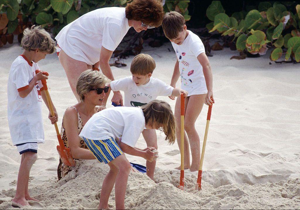 Диана, принц Уильям и принц Гарри, Леди Сара МакКоркадейл с детьми в отпуске в 1990 году.