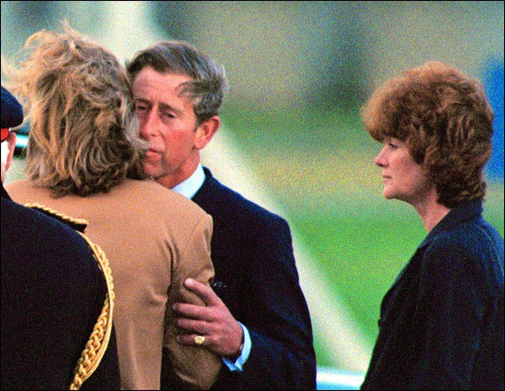Принц Чарльз с леди Джейн Феллоуз и леди Сарой МакКоркадейл RAF NORTHOLT после возвращения тела Дианы из Парижа в 1997 году