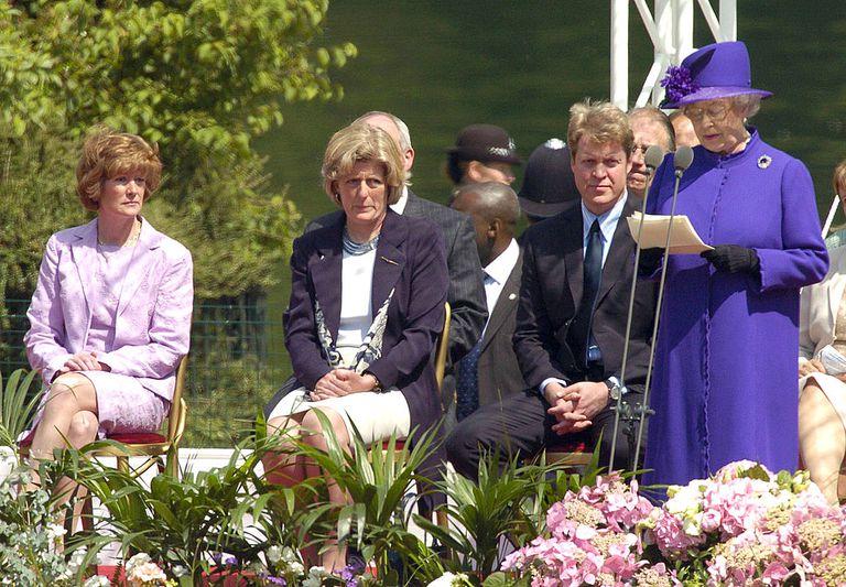 Королева Елизавета, граф Спенсер, леди Сара Макоркадейл и леди Джейн Феллоуз на открытии фонтана памяти принцессы Дианы Уэльской в Гайд-парке в 2004 году