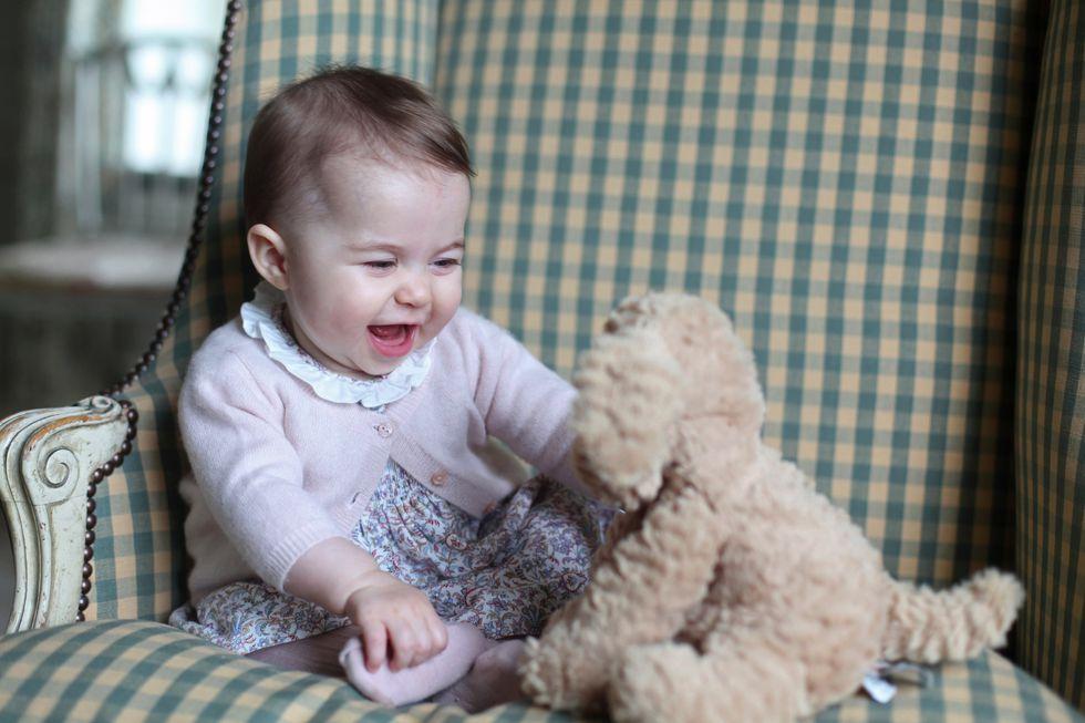 Самые милые моменты юной принцессы Шарлотты