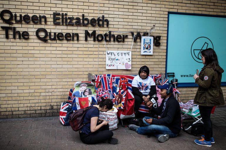 Как толпа за пределами больницы приветствует нового королевского ребенка