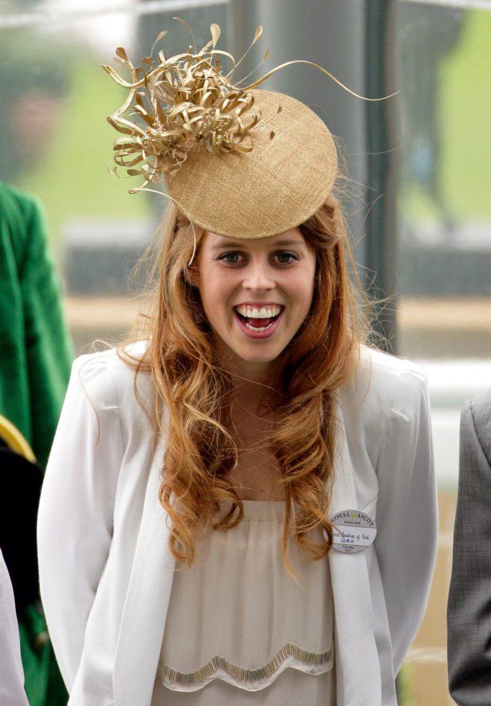 Очень молодая Принцесса Беатрис надела на Ипподром Аскота веселую золотую шляпу.