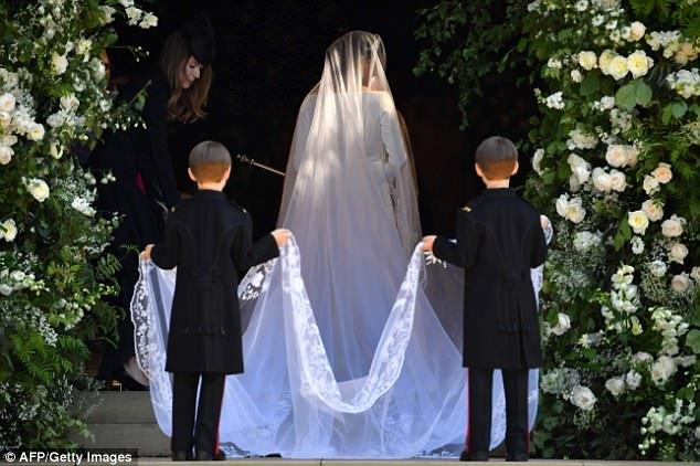 Меган в сопровождении двух пажей прибывает в часовню Святого Георгия.