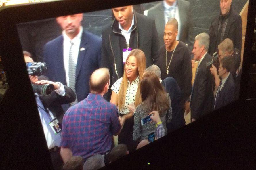 Монитор показывает Бейонсе и Джей-ЗИ жмут руку принцу Уильяму и Кейт Миддлтон