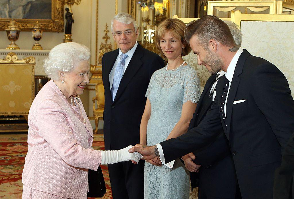 Королева Елизавета II и Дэвид Бекхэм / Стив Парсонс / AFP / Getty изображения