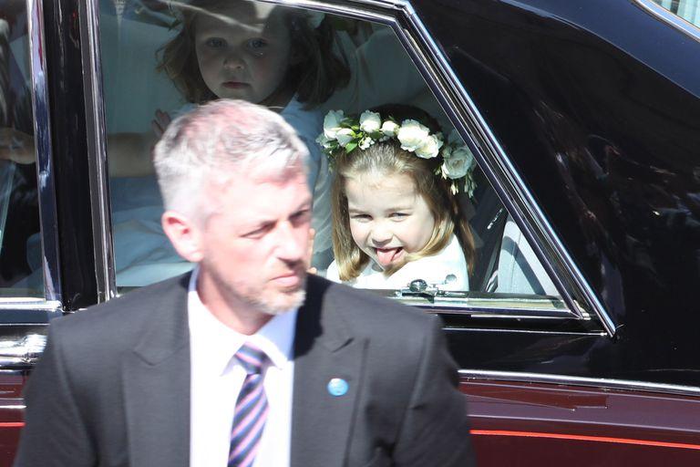 Принцесса Шарлотта показала язык фотографам на королевской свадьбе