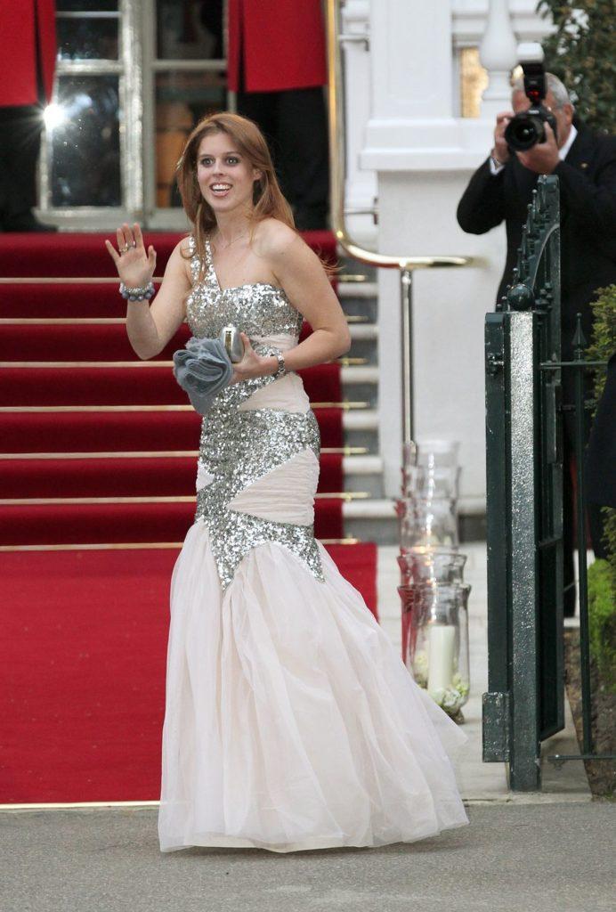 Принцесса Беатрис Йоркская надела блестящее платье на предсвадебный ужин накануне свадьбы принца Уильяма и Кейт Миддлтон.