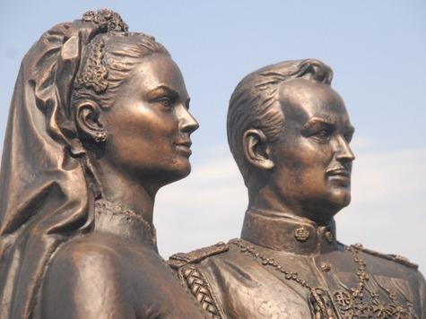 Памятник Грейс Келли и князю Ренье третьему в Йошкар-Оле