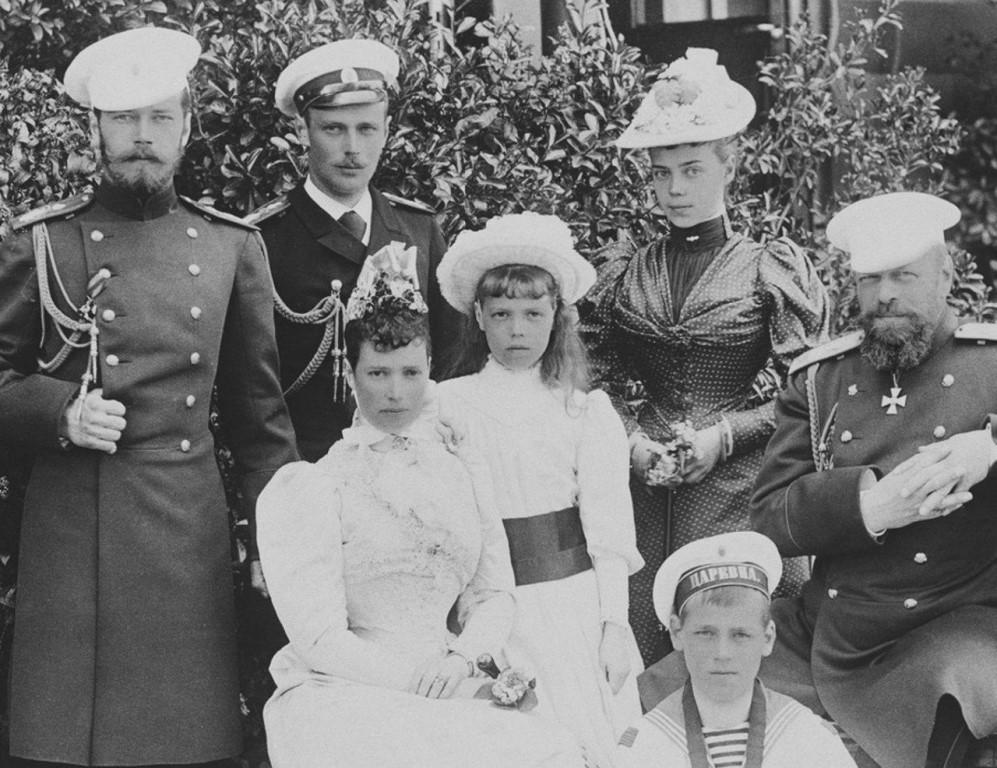 Внизу - Михаил, справа налево - Александр III, Ксения, Ольга, Мария Федоровна, Георгий, Николай.