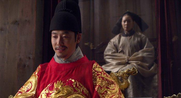 Бабушка-королева Сунвон за ширмой, за спиной внука (кадр из фильма)