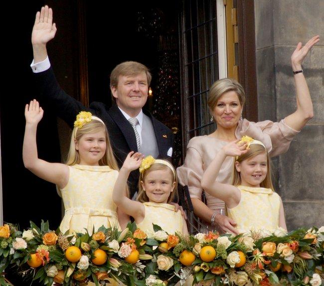 Молодая королевская чета с наследницами