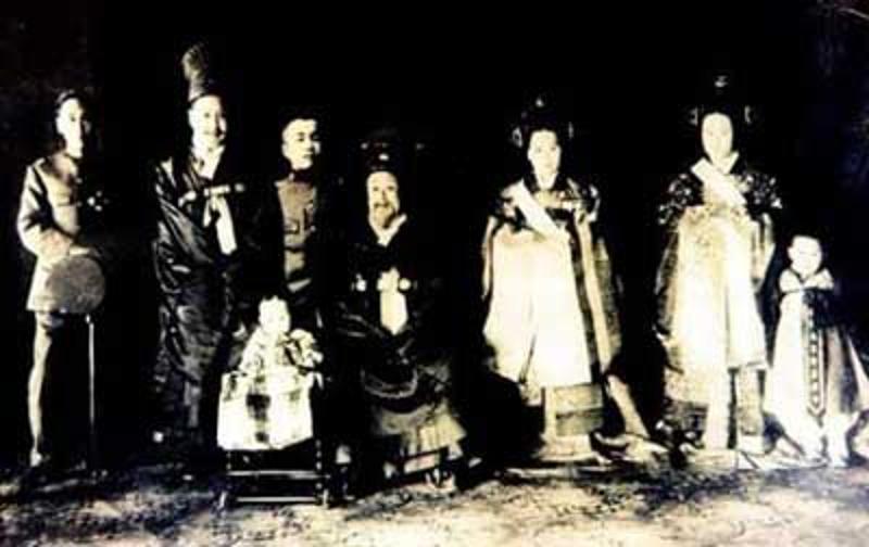 Императорская семья (император Коджон в центре)