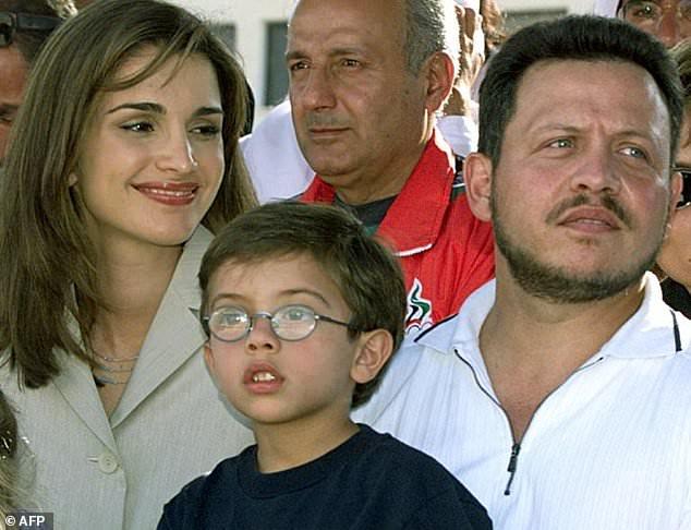 Король Иордании Абдалла II, его жена Королева Рания и их сын Принц Хусейн участвуют в конном соревновании в Аммане в 1999 году