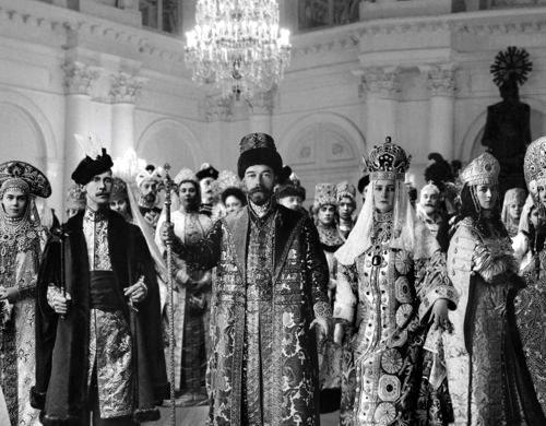 Император и императрица в окружении гостей бала