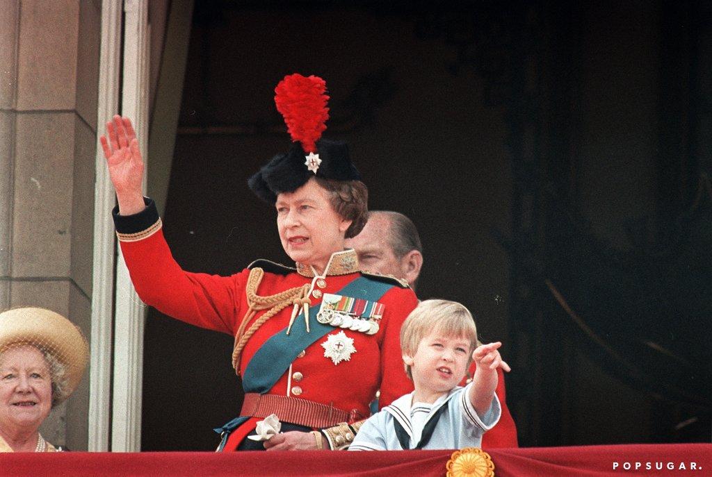 Принц Уильям и королева Елизавета на балконе Букингемского дворца.