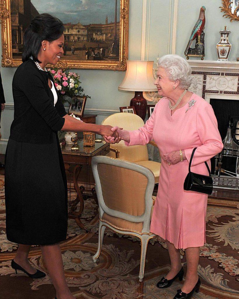Мишель Обама нарушает протокол и обнимает Королеву
