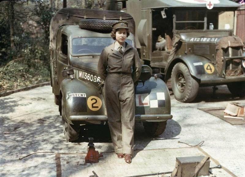 Лейтенант Элизабет Александра Мэри Виндзор - механик–водитель санитарной машины Вспомогательной Территориальной службы женского отряда самообороны.
