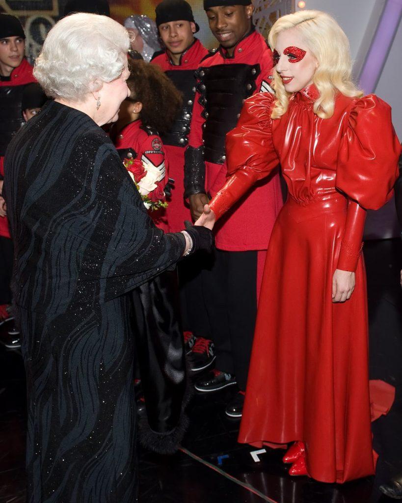 Леди Гага кланяется Королеве ... в довольно экстравагантном наряде