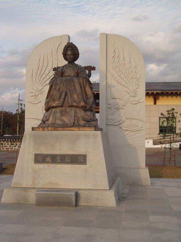 Памятник королеве Мин на её родине