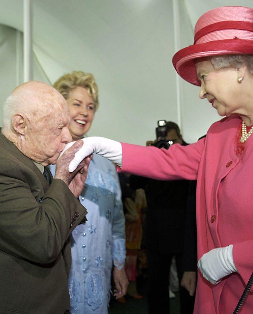 Микки Руни целует руку Королевы