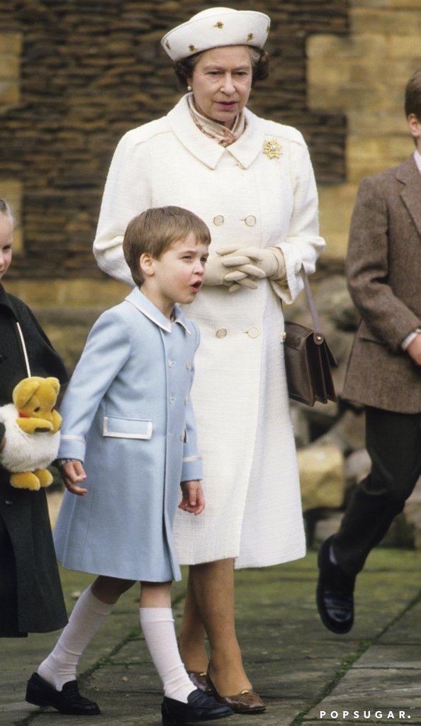 Принц Уильям и королева Елизавета идут в музей.