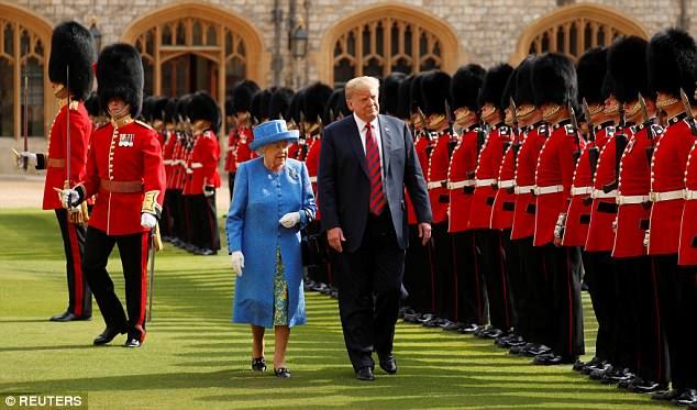 """Трамп лжет, что королева """"впервые за 70 лет посмотрела свой почетный караул"""""""