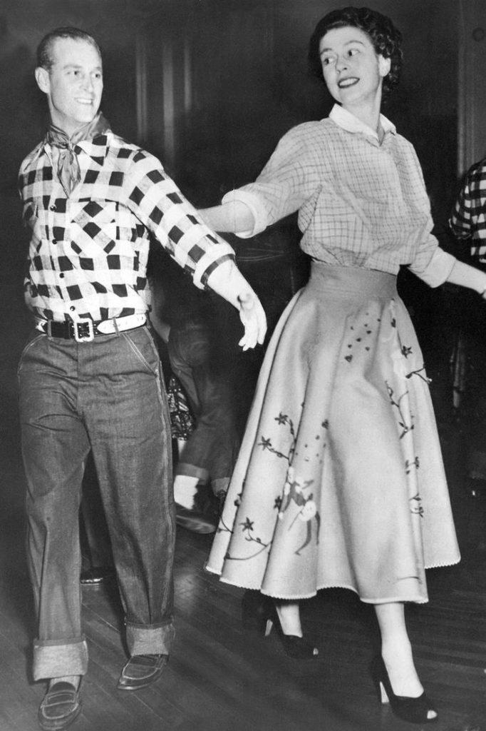 Королева Елизавета и принц Филипп танцуют
