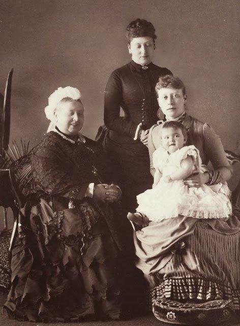 Алиса с мамой и королевой Викторией