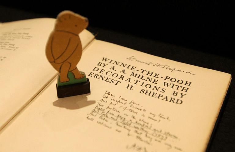 Редкое первое издание книги за подписью иллюстратора Эрнеста Шепарда, проданное на аукционе в 2008 году. Гетти изображения