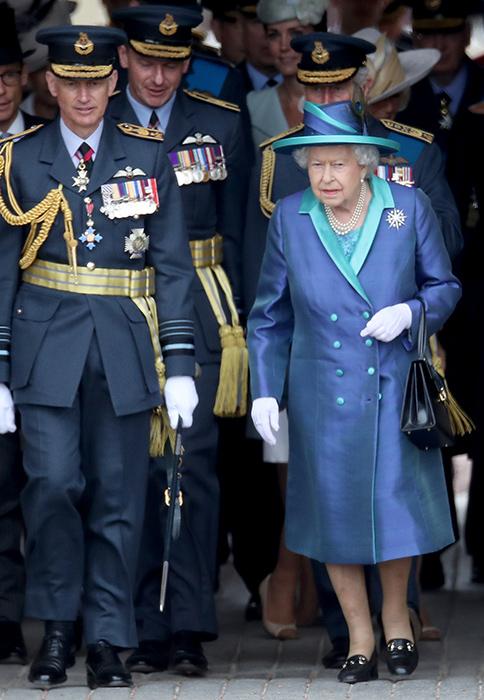 Королева сменила обувь во время мероприятия, и никто не заметил