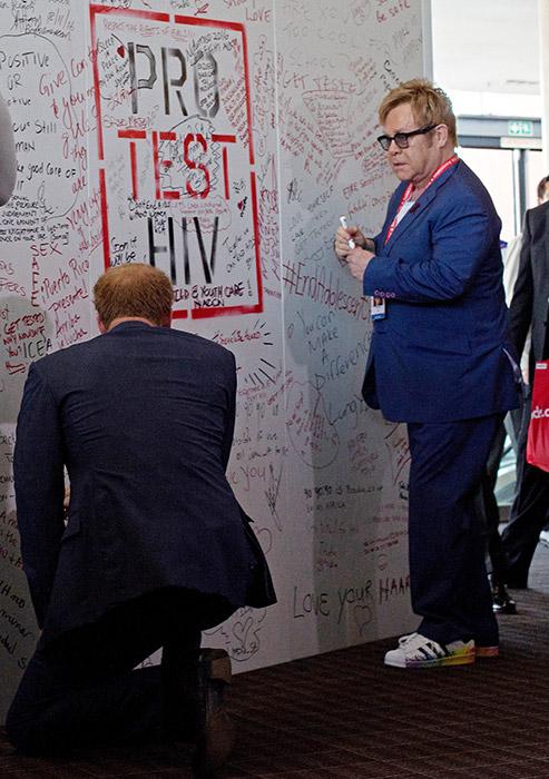 Принц Гарри и сэр Элтон Джон запускают новую глобальную коалицию для лечения ВИЧ-инфекции у мужчин