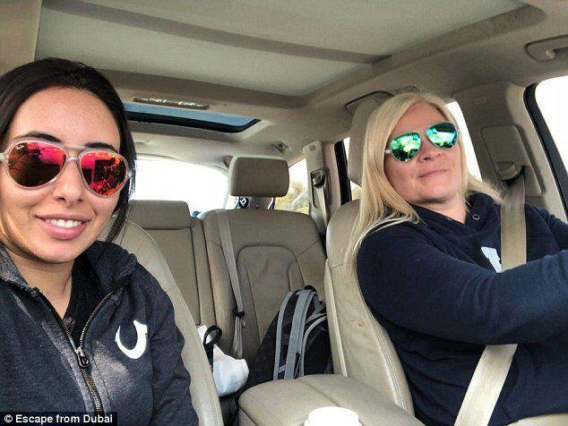 Шейха Латифа (слева) изображена здесь, спасаясь от Дубая со своей лучшей подругой Тииной Джахианиен