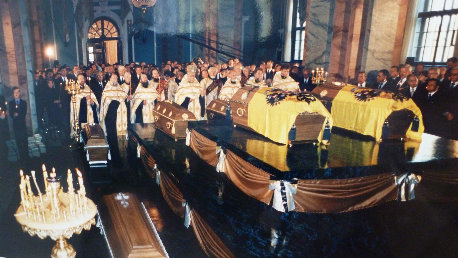 Церемония погребения в 1998 году