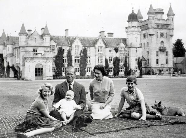 Королева и Принц Филипп в Балморал в 1960 году (изображение: Popperfoto)