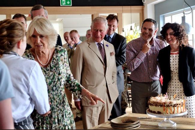 Камилла Паркер-Боулз угощалась вкусным морковным пирогом в свой день рождения Фото: Twitter