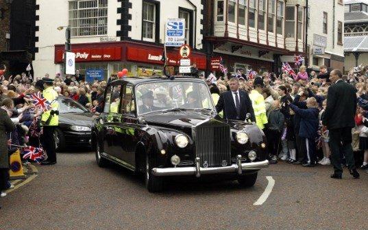 Королева посещает Дарлингтон в ее Золотой юбилей год КРЕДИТ: ТИМ РООК