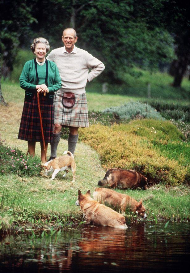 Королева и Филипп Киркоров отдыхают в Балморал в 1994 году (изображения: ежедневно зеркало)