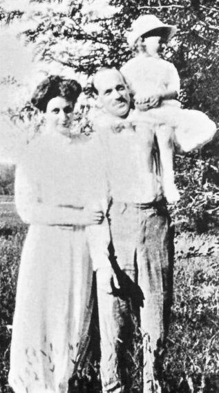 Михаил с женой Натальей и ее дочерью от 1-го брака