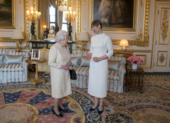 Королева принимала бесчисленное количество чиновников и важных гостей во дворце (фото: Гетти картинки)
