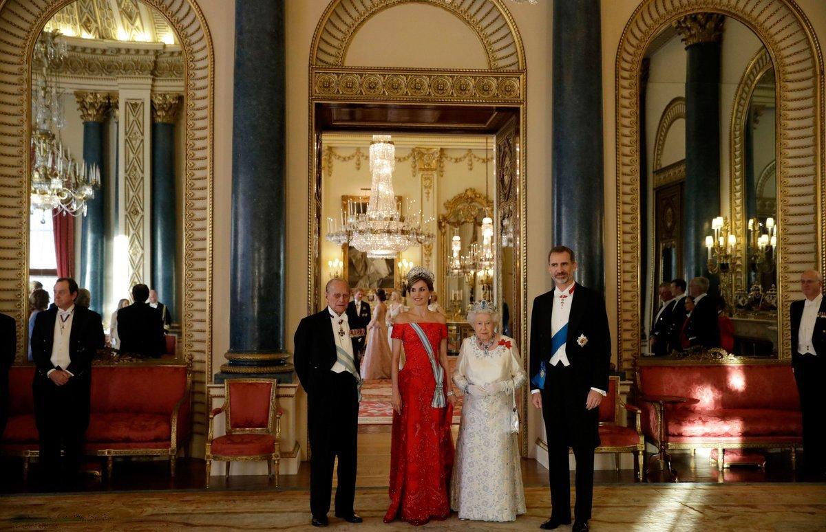 Белая гостиная видна на заднем плане этой фотографии