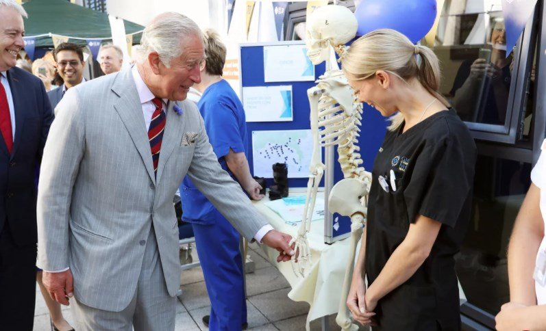 """Принц Чарльз встретил """"Элвиса Таза"""" во время посещения больницы в Уэльсе"""