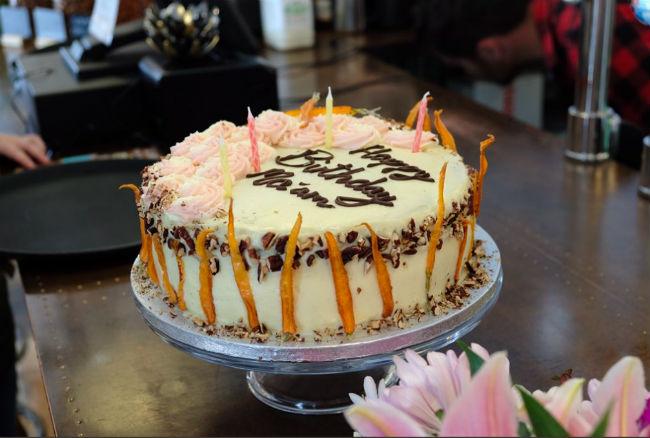 Морковный пирог имел шоколадную глазурь - любимый с Camilla Photo credit: Twitter