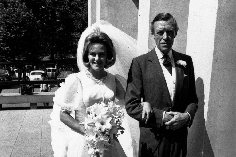 Майор Брюс Шанд с Камиллой на ее свадьбе в 1973 году.