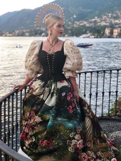 Леди Китти одета как мечта в Италии