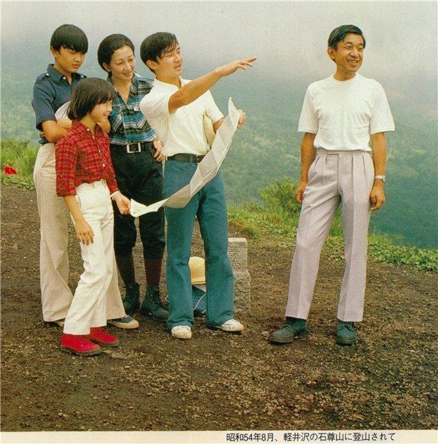 Наследный принц Акихито, принцесса Митико, их дети - принцы Нарухито и Акисино, и принцесса Саяко. 1979г