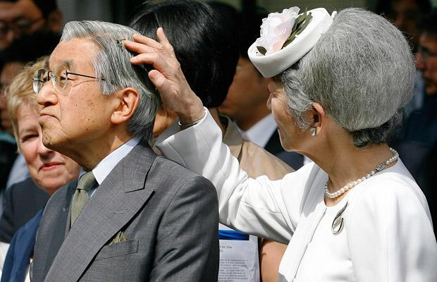 Императрица Митико пытается вытащить пчелу из волос императора Японии Акихито в ходе поездки в Институт наук об океане в Виктории, Британская Колумбия, Канада. 13.07.2009