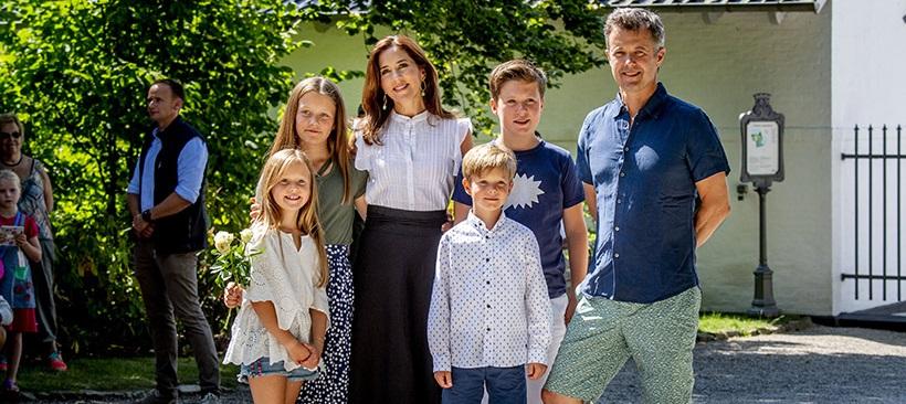 Photo of Датская королевская семья позирует для первых летних портретов
